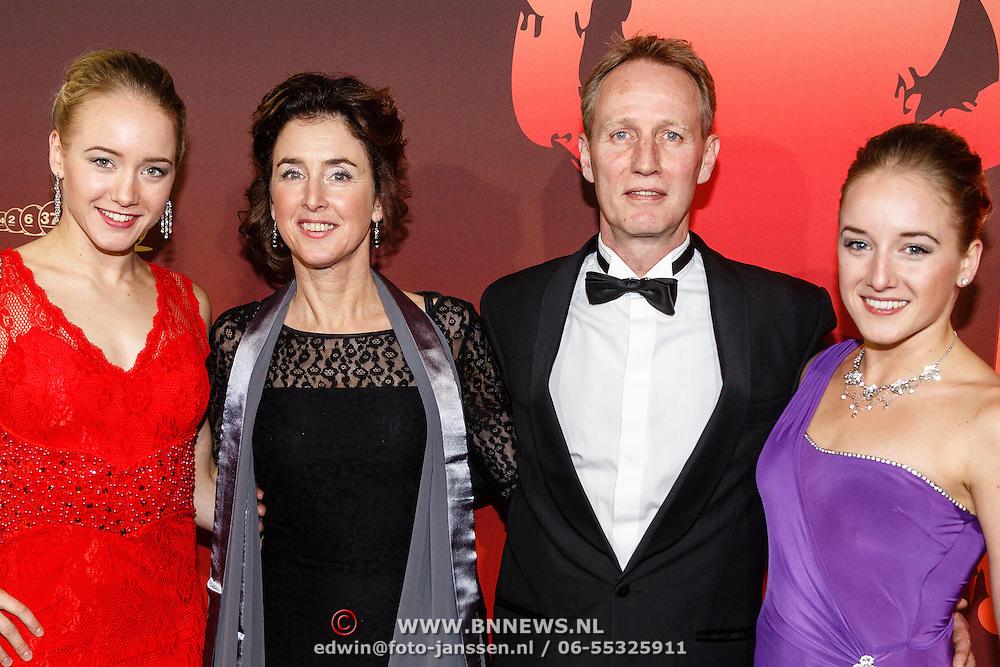 NLD/Amsterdam/20151215 - NOC / NSF Sportgala 2015, Lieke en Sanne Wevers met ouders