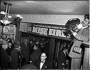 05/02/1960<br /> 02/05/1060<br /> 05 February 1960 <br /> Premiere of Mise Eire at the Regal Cinema, Dublin.  Image shows a view of people entering the cinema, not cameraman on right.
