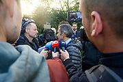 Boeren verzamelen in de omgeving van het gebouw van de Rijksinstituut voor Volksgezondheid en Milieu (RIVM). Zij demonstreren onder meer tegen de stikstofaanpak van de overheid, waarvan zij de dupe zeggen te zijn.<br /> <br />  <br /> Op de foto: Hans Brug directeur-generaal voor het RIVM