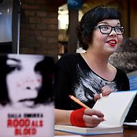 Nederland, Haarlem , 4 november 2014.<br /> De Finse schrijfster Salla Simukka signeert haar laatste boek in boekhandel H. de Vries boeken.<br /> Foto:Jean-Pierre Jans