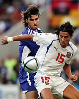Fotball, 1. juli 2004, Tsjekkia - Hellas, EM semifinale, Euro 2004, Der Grieche Georgios Seitaridis gegen Tschechiens Milan Baros