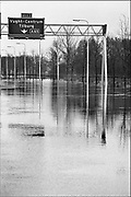 Nederland, Vught, 01-02-1995Eind januari, begin februari 1995 steeg het water van de Rijn, Maas en Waal tot record hoogte van 16,64 m. bij Lobith. Een evacuatie van 250.000 mensen was noodzakelijk vanwege het gevaar voor dijkdoorbraak en overstroming. op verschillende zwakke punten werd geprobeerd de dijken te versterken met zandzakken. Hier is een stuk snelweg bij Den Bosch onder water gekomen.Late January, early February 1995 increased the water of the Rhine, Maas and Waal to a record high of 16.64 meters at Lobith. An evacuation of 250,000 people was needed because of flood risk. At several points people tried to reinforce the dikes with sandbags.Foto: Flip Franssen/Hollandse Hoogte