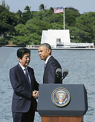 "US-Präsident Barack Obama und Japans Premier Shinzo Abe beim Gedenken an die Opfer des japanischen Angriffs auf Pearl Harbor vor 75 Jahren / 271216<br /> <br /> <br /> <br /> ***Japanese Prime Minister Shinzo Abe (L) shakes hands with U.S. President Barack Obama after completing his speech at Pearl Harbor in Hawaii on Dec. 27, 2016. Abe offered his ""sincere and everlasting condolences"" for those who died in the Japanese attack there in 1941.***"