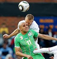 Fotball<br /> VM 2010<br /> USA v Algerie<br /> 23.06.2010<br /> Foto: Gepa/Digitalsport<br /> NORWAY ONLY<br /> <br /> Bild zeigt Rafik Djebbour (ALG) und Jay Demerit (USA).