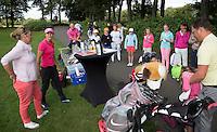 EEMNES - Golfprofessional Dewi Claire Schreefel , ambassadeur NGF GIRLZ golf, met clinic voor meisjes op GC de Goyer. links Patty Smit van de NGF. COPYRIGHT KOEN SUYK
