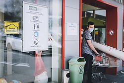 14.04.2020, Zell am See, AUT, Coronavirus in Österreich, im Bild Hinweisschild der Massnahmen vor einem Baumarkt nach der Quarantäne während der Coronavirus Pandemie // Sign of measures in front of a hardware store after the quarantine period during the World Wide Coronavirus Pandemic in Zell am See, Austria on 2020/04/14. EXPA Pictures © 2020, PhotoCredit: EXPA/ JFK