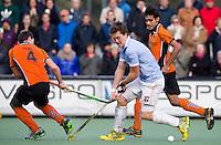 EINDHOVEN - HOCKEY - Bloemendaal-speler Tom Boon (m) in duel met Sander Baart (l) en Rizwan (r0 van OPZ  tijdens de hoofdklasse hockeywedstrijd tussen de mannen van Oranje-Zwart en Bloemendaal (3-3). COPYRIGHT KOEN SUYK