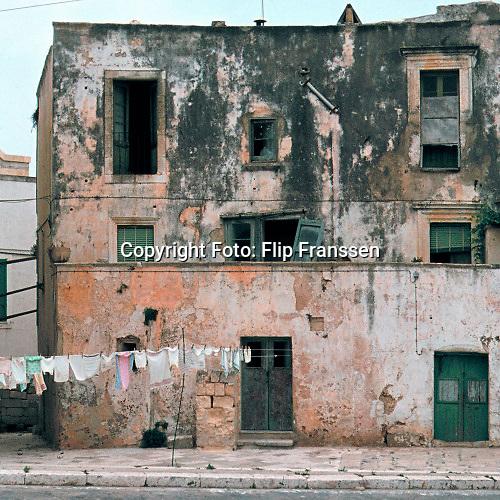Italie, Otranto, 1977 Vervallen huis met wasgoed aan een lijn in het uiterste zuiden van Italie . Foto: Flip Franssen