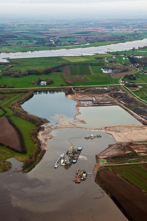 Nederland, Gelderland, Gemeente Maasdriel, 15-11-2010. Heerewaarden met  Heerewaardese afsluitdijk. Deze dijk scheidt de rivieren Maas en Waal (boven). Onder in beeld Over de Maas waar de uiterwaarden worden uitgegraven door een zandzuiger. Het doel is zandwinning, natuurontwikkeling en rivierverruiming..Heerewaarden with Heerewaardese dam. This dike separates the rivers Maas and Waal (right). At the bottom the Meuse floodplains is excavated by a suction dredger.  Mining the sand creates new nature and 'room for the river'.luchtfoto (toeslag), aerial photo (additional fee required).foto/photo Siebe Swart