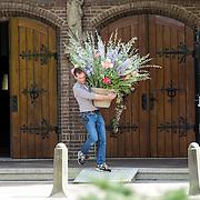 NLD/Laren/20140411 - Begrafenis slachtoffers familiedrama Schmittmann, na de uitvaart worden de bloemen opgeruimd