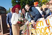 Koning Willem-Alexander en koningin Maxima bij het gemeentehuis van Neder-Betuwe tijdens het streekbezoek aan de Betuwe<br /> <br /> King Willem-Alexander and Queen Maxima at the town hall of Neder-Betuwe during the regional visit to the Betuwe