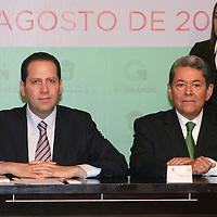 Toluca, México.- Eruviel Ávila Villegas, gobernador del Estado de México y Alberto García Cuevas, Secretario de Desarrollo Metropolitano, durante la firma de Convenio de Colaboración en Materia de Políticas Públicas entre el GEM y la Organización de las Naciones Unidas, ONU-HABITAT. Agencia MVT / José Hernández