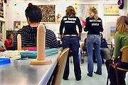 Nederland, Nijmegen, 23-11-2006..Sudenten geneeskunde, die werken onder de naam Het Voorspel, geven sexuele voorlichting op een Montessori school in Nijmegen...Foto: Flip Franssen/Hollandse Hoogte
