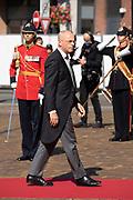 Aankomst van Jan Anthonie Bruijn Voorzitter van de Eerste Kamer tijdens Prinsjesdag bij de Grote kerk. De koning zal  de troonrede voorlezen in de Grote Kerk aan leden van de Eerste en Tweede Kamer.
