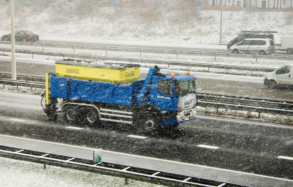 Nederland, Utrecht, 8 febr 2007Het sneeuwt. Nederland in de sneeuwstrooiwagen op de a 12 bij Utrecht foto (c) Michiel Wijnbergh