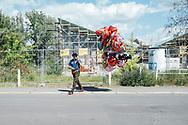 30.05.2021 Magdeburg, Rothehorn Park, Hintergrund: Hyperschale.<br /> <br /> Ein sommerlich anmutender Tag. Viele Magdeburger zieht es in die Parks und an die Elbe, perfekt für den Ballonverkäufer, er wird so einige verkaufen.<br /> <br /> ©Harald Krieg