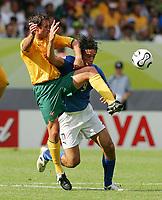v.l. Lucas Neill, Luca Toni Italien<br /> Fussball WM 2006 Achtelfinale Italien - Australien<br /> Italia - Australia<br /> Norway only