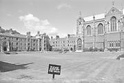 Engeland, England, 15-8-1990Straatbeeld. Reisreportage door het zuiden van Engeland. Oxford met oud, traditioneel college, school,highschool . Bordje in het gras met het opschrift Keep Of The Grass, het gras niet betreden . Foto: Flip Franssen