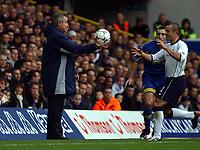 Fotball. Premier League. 24.11.2002.<br /> Tottenham v Leeds.<br /> Stephen Carr fra Tottenham får ballen av Leeds-manager Terry Venables, og setter raskt i gang angrepet som gir 1-0.<br /> Foto: Robin Parker, Digitalsport
