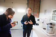 Ruth Peetoom ruikt aan het top tijdens een bezoek aan de nieuwe bierbrouwerij De 7 Deugden in Amsterdam, waar mensen werken die niet in aanmerking komen voor een reguliere baan. De brouwerij is opgezet door voormalig CDA-medewerker en oud-stadsdeelraadlid Garmt Haaksma (rechts). Peetoom is op bezoek om campagne te voeren voor haar kandidaat-voorzittersschap van het CDA