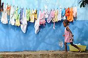 """""""Infante, juega con el velo de inocencia tras el que la vida aguarda impaciente"""".<br /> <br /> <br /> La niña de Palenque / Palenque, Panamá.<br /> <br /> Edición de 10   Víctor Santamaría."""
