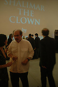 Salman Rushdie. Party to celebrate the publication of Shalimar the Clown by Salman Rushdie. David Gill Gallery, 3 Loghborough St. London SE11 ONE TIME USE ONLY - DO NOT ARCHIVE  © Copyright Photograph by Dafydd Jones 66 Stockwell Park Rd. London SW9 0DA Tel 020 7733 0108 www.dafjones.com