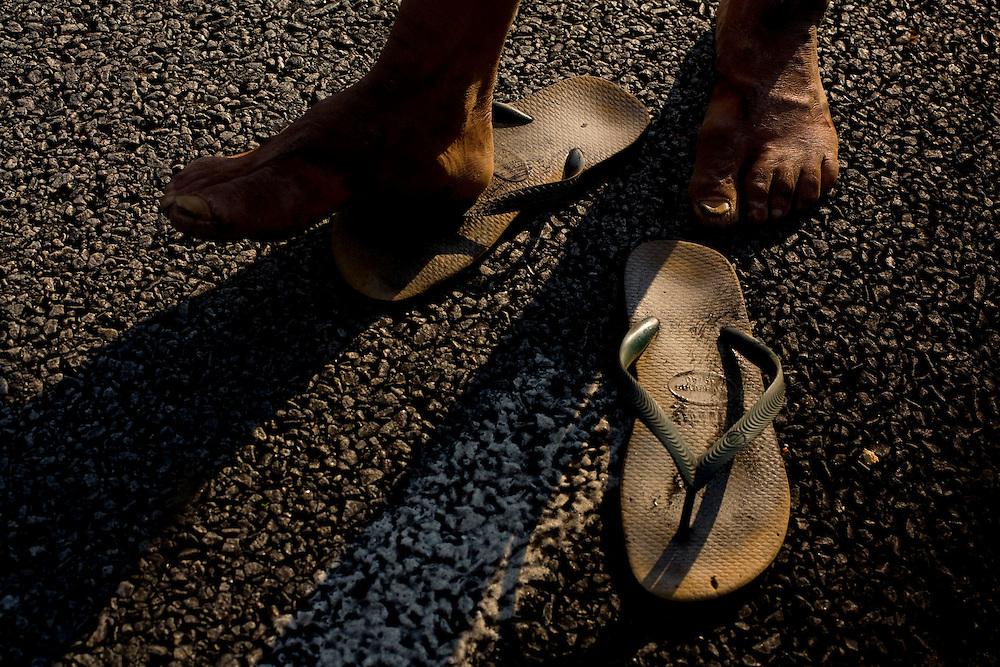 Sabara_MG, Brazil. <br /> <br /> Andarilho na rodovia BR 381 em Sabara, Minas Gerais.<br /> <br /> The homeless in the highway BR 381 in Sabara, Minas Gerais.<br /> <br /> Foto: LEO DRUMOND / NITRO