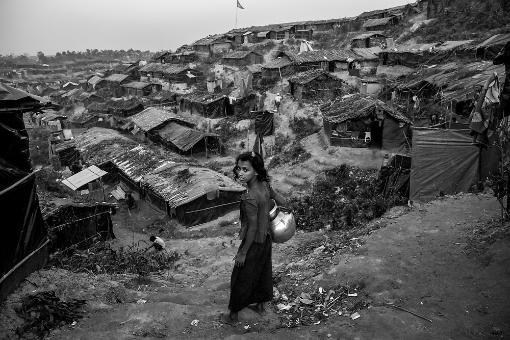 A young Rohingya is going to the waterpump in the Thangkhali refugee camp. Since the end of august 2017, the beginning of the crisis, more than 600,000 Rohingyas have fled Myanmar to  seek refuge in Bangladesh. Cox's Bazar -october 25th 2017.<br /> Une jeune Rohingya se rend au point d'eau dans le camp de réfugiés de Thangkhali. Depuis le début de la crise, fin août 2017, plus de 600000 Rohingyas ont fuit la Birmanie pour trouver refuge au Bangladesh. Cox's Bazar le 25 octobre 2017.
