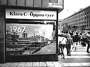 En bild av när Sergels torg byggdes på 1960-talet som jag tog som tonåring. Nu byggs torget om igen och spårvagnen dras fram. Fotot sattes upp i fönstret vid Nils Ferlins torg där byggnadsarbetarna har rastlokal för att illustrera den ursprungliga byggnationen för 50 år sedan.