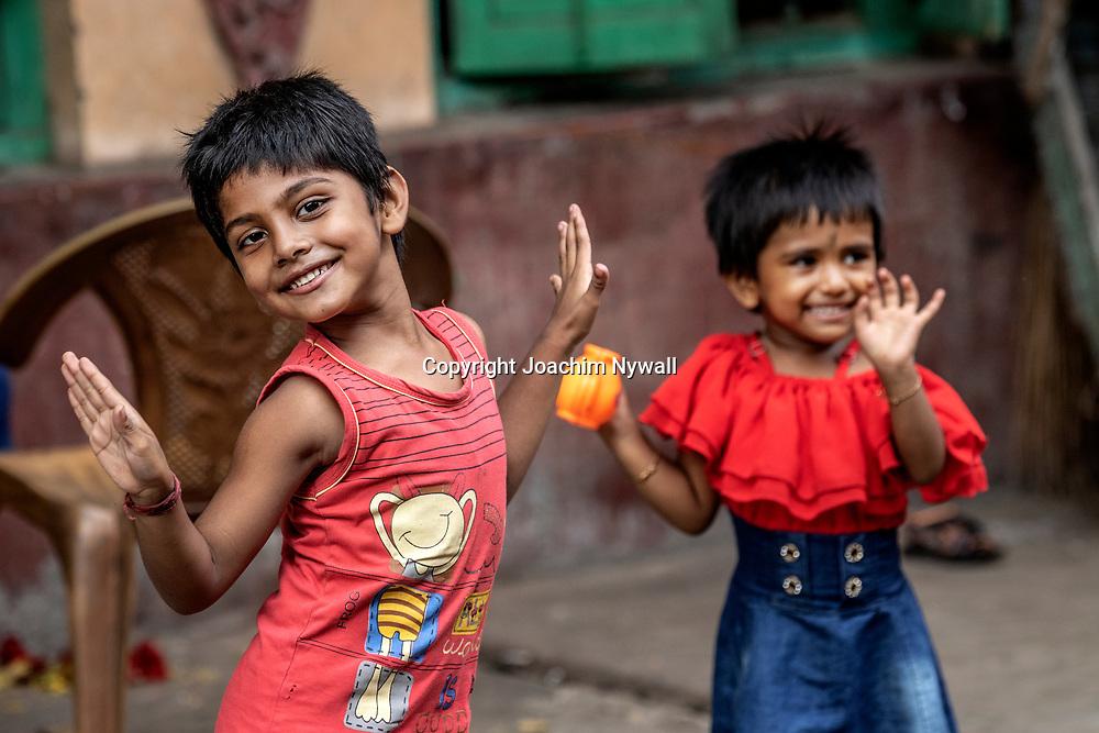 2019 10. 04  Kolkata  West Bengal Indien<br /> Två små barn som leker på trottoaren. <br /> <br /> <br /> <br /> ----<br /> FOTO : JOACHIM NYWALL KOD 0708840825_1<br /> COPYRIGHT JOACHIM NYWALL<br /> <br /> ***BETALBILD***<br /> Redovisas till <br /> NYWALL MEDIA AB<br /> Strandgatan 30<br /> 461 31 Trollhättan<br /> Prislista enl BLF , om inget annat avtalas.