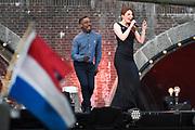 Bevrijdingsconcert - 5 mei-concert op de Amstel, Amsterdam. // Liberation Concert - 5 May concert on the Amstel<br /> <br /> Op de foto:  Willemijn Verkaik en CB Milton