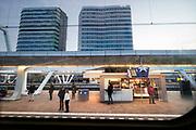 Nederland, Arnhem, 12-12-2019 Centraal station Arnhem met zicht op de twee beeldbepalende kantoorgebouwen die ervoor staan. Een waar de ING in zit, de ander het WTC en softwarebedrijf Avisi .Foto: Flip Franssen