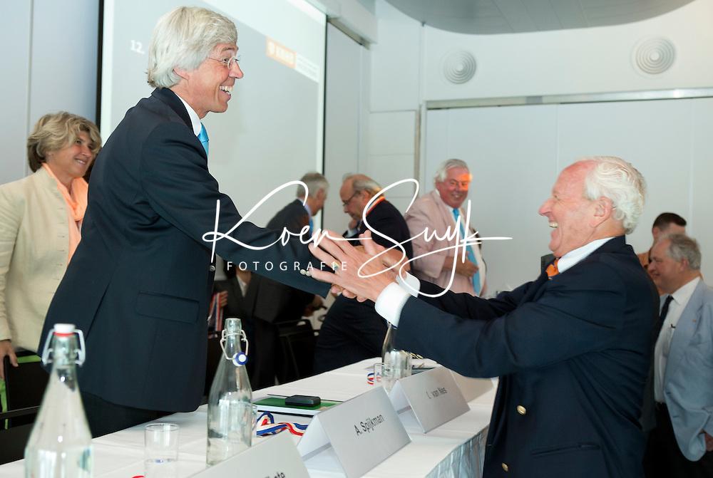 ROTTERDAM - Irving van Nes is benoemd tot erelid en wordt gefeliciteerd door Bob Davidson. . Algemene Leden Vergadering van de KNHB (Koninklijke Nederlandse Hockey Bond). FOTO KOEN SUYK