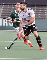 AMSTELVEEN - Trent Mitton (Amsterdam) met Jochem Bakker (Rotterdam)  tijdens de competitie hoofdklasse hockeywedstrijd heren, Amsterdam -Rotterdam (2-0) .  COPYRIGHT KOEN SUYK
