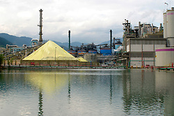 Enxofre moido armazenado em industria. / Sulfur ground roasted stored in industry..Foto © Fabio Salles/Argosfoto