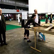 Nederland Rotterdam 10 november 2008 20081110 Foto: David Rozing ..Dag van de mantelzorg in Ahoy. Oude man kijkt bij het sjoelen. ..Op 10 november, de landelijke Dag van de Mantelzorg, vindt de Rotterdamse editie van dit landelijke evenement plaats in Ahoy. Deze feestelijke Dag vormt de tweede en afsluitende stap in de Mantelzorgcampagne...Mantelzorgers kunnen op die dag in Ahoy kennis maken met de Steunpunten Mantelzorg en andere mensen ontmoeten die begrijpen wat het is om te zorgen voor een ander...Foto: David Rozing