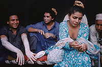 Pakistan - Hijra, les demi-femmes du Pakistan - Lors de la fête du saint soufi Baba Masta Wali Sarkar, une centaine d'Hijra se retrouvent dans des campements. Ils se rendent chaque jour sur la tombe en procession et se donnent en spectacle. // Pakistan. Punjab province. Hijra, the half woman of Pakistan. During the same festival. Some hijras are preparing themselves for the night dancing show : while some hijras are shaving the beards and arms one hijra is rolling a hash.