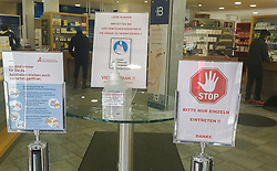 19.03.2020, Innsbruck, AUT, Coronavirus in Österreich, im Bild Apotheke nur einzeln Einteten // Pharmacy only single units. The Austrian government is pursuing aggressive measures in an effort to slow the ongoing spread of the coronavirus. Innsbruck, Austria on 2020/03/19. EXPA Pictures © 2020, PhotoCredit: EXPA/ Erich Spiess