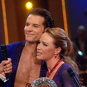 NLD/Baarn/20070527 - Finale Dancing with the Stars 2007, uitslag, winnaar Helga van Leur met danspartner Marcus van Teijlingen en presentatoren Ron Brandsteder en Sylvana Simons