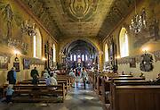 Gietrzwałd, 2014-05-18. Główna nawa kościoła i ołtarz w którym umieszczony jest obraz Matki Boskiej Gietrzwałdzkiej. Sanktuarium Maryjne w Gietrzwałdzie.