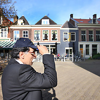 Nederland, Delft , 29 september 2010..Schrijver Kader Abdolah tijdens een wandeling door Delft en de Bieslandse Bossen. .Op de foto zien we Kader wandelend over het Marktplein..Writer and Koran translator Kader Abdolah during a stroll through the historic center of Delft, the Netherlands.