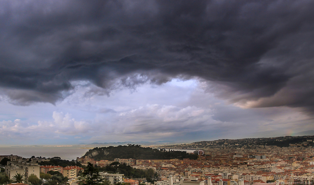 Another heavy cloudy day over Nice bay. By the end of summer, these clouds move from North-West to South-Est, and this forecoming big storm will break over the mediterranean see and spare the city from heavy rain this time.