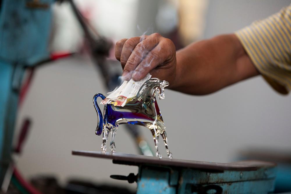 Pocos de Caldas_MG, Brasil...Detalhe da mao fazendo um cavalo de murano...Detail of a hand doing murano glass horse...Foto:LEO DRUMOND / NITRO