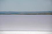 Turkije, Akseray, 6-6-2011Passerende automobilisten baden hun voeten in het Tuz Golu zoutmeer.Foto: Flip Franssen