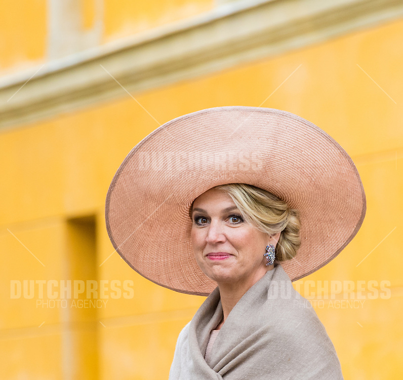Koningin Maxima tijdens het afscheid bij Blaue Galerie, Neue Kammern in Postdam, Duitsland.