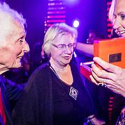 NLD/Amsterdam/20161013 - Televiziergala 2016, Floortje Dessing wint de Televizierring 2016 met haar vader en moeder