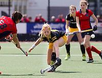 DEN BOSCH - Margot van Geffen van Den Bosch keert een schot van Laren speelster Julia Mueller (l), , zondag tijdens de eerste finalewedstrijd , van de best of three ,  hoofdklassehockey tussen de vrouwen van Den Bosch en Laren. ANP KOEN SUYK