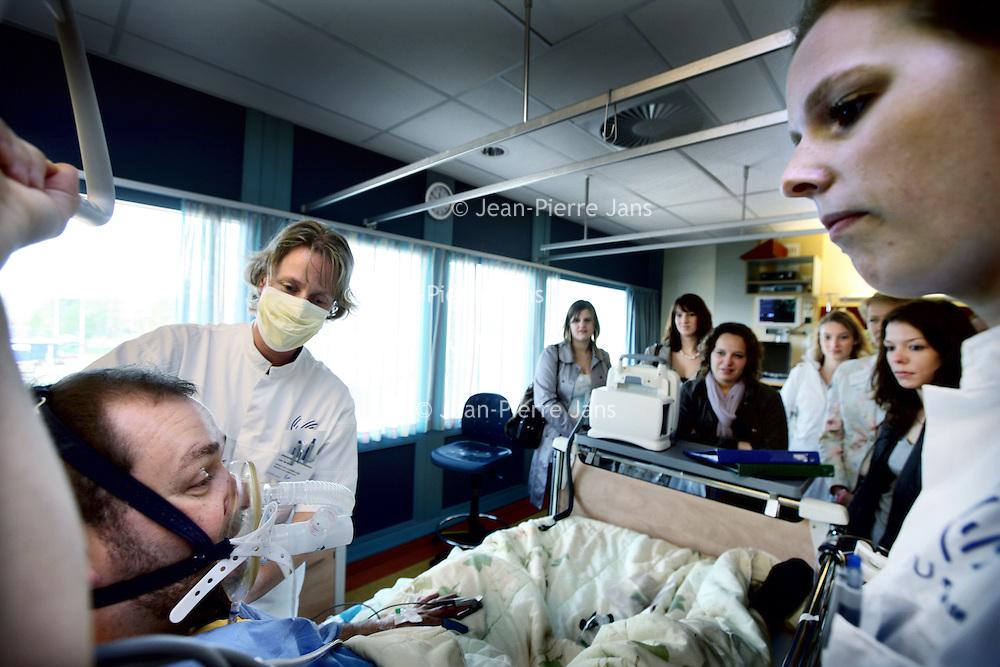 Nederland, Amsterdam , 8 april 2011..Vrijdag 8 april organiseert VUmc de Dag van de Verpleegkundige Carrière 2011. Dé dag voor jou als starter of ervaren verpleegkundige of studente MBO-V/ ....Op de foto worden verpleegkundigen in spee en vepleegkundigen op verschillende afdelingen rondgeleid. en worden situaties met patienten door verpleegkundigen nagebootst en uitgelegd..Foto:Jean-Pierre Jans