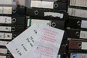 Bij een winkel waar oude ordners worden verkocht is nu ook gerookte knoflook te koop.<br /> <br /> A shop with old folders is offering roasted garlic according to a note at the window.
