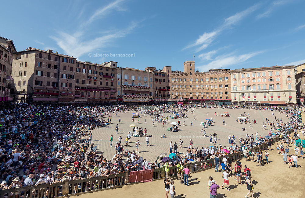 Italy, Siena, the Palio: waiting for the Historic Parade.